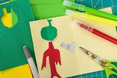 Créativité de Children's L'applique de Kid's, colle, ciseaux, marqueur, a coloré des feuilles, métiers de papier Photos stock