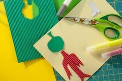 Créativité de Children's L'applique de Kid's, colle, ciseaux, marqueur, a coloré des feuilles, métiers de papier Image stock