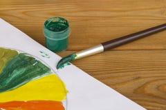 Créativité du ` s d'enfants Peintures de dessin Peinture verte Palette de couleur Peintures sur un fond en bois Peinture de 4 photographie stock libre de droits