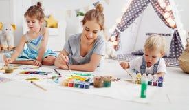Créativité du ` s d'enfants peintures de mère et d'aspiration d'enfants dans le jeu image stock