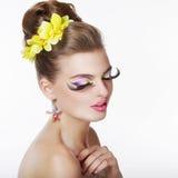Créativité. Portrait de femme de fantaisie avec de longues mèches d'oeil faux Photos stock