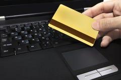 Crédito y computadora portátil del oro Imagen de archivo libre de regalías