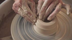 Crée une oeuvre d'art Le maître malaxe l'argile Seulement mains clips vidéos