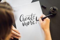 Créez davantage Le calligraphe Young Woman ?crit l'expression sur le livre blanc Inscrire les lettres d?cor?es ornementales calli image stock