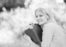 Créez la coupure pour vous-même Gestion du temps futée Épargnez votre temps Compétence de gestion du temps Fille avec le journal  photographie stock