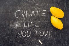 Créez la vie où vous aimez le conseil de motivation - textotez sur un tableau noir d'ardoise avec la craie photos libres de droits