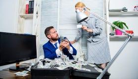 Créez le compte bancaire L'entrepreneur d'homme reposent la pile de bureau de l'argent Carte en plastique d'offre auxiliaire de b photographie stock