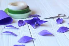 Créez les fleurs faites main Déroulement des opérations, outils et matériaux photos stock