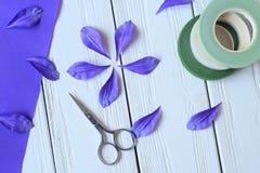 Créez les fleurs faites main Déroulement des opérations, outils et matériaux photographie stock