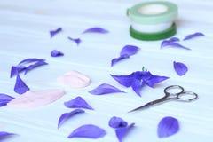 Créez les fleurs faites main Déroulement des opérations, outils et matériaux image libre de droits