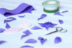 Créez les fleurs faites main Déroulement des opérations, outils et matériaux images stock