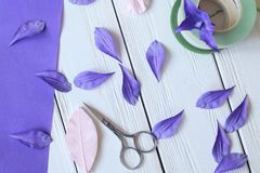 Créez les fleurs faites main Déroulement des opérations, outils et matériaux Photo libre de droits