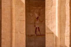 Créneau avec la peinture murale égyptienne d'un dieu entourée par les découpages riches d'hiéroglyphe, temple de Hatsepsut, Louxo Images stock