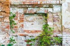 Créneau dans un vieux mur de briques, texture de fond photo libre de droits