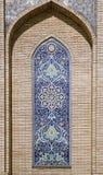 Créneau fleuri de fenêtre dans le mur, l'Ouzbékistan Photographie stock libre de droits