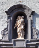 Créneau médiéval avec la Vierge Marie dans le beguinage de Bruges/de Bruges, Belgique Photos libres de droits