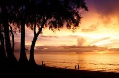 Crépuscule à la plage phuket de maikao Photo stock