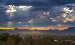 Crépuscule au-dessus de banlieue de Tucson images libres de droits