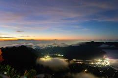 Crépuscule au-dessus de mer de nuage Photos libres de droits