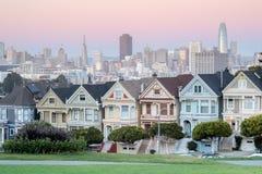 Crépuscule au-dessus des dames peintes de San Francisco photographie stock libre de droits