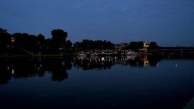 Crépuscule au-dessus du fleuve Vistule, Cracovie, Pologne banque de vidéos