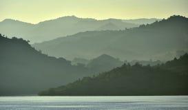 Crépuscule avant lever de soleil sur la côte d'océan Photographie stock libre de droits