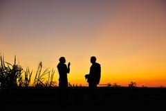 Crépuscule avec des couples Photo libre de droits
