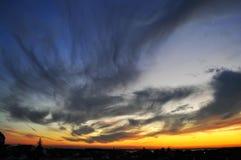 Crépuscule avec l'horizon dans les tons du feu images libres de droits