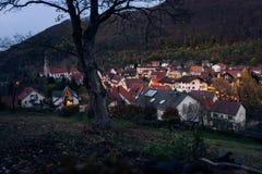 Crépuscule bleu crépusculaire d'après-midi d'heure de petit village européen allemand image libre de droits
