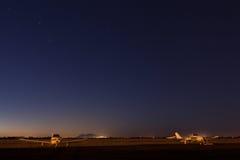 Crépuscule d'aéroport Photographie stock