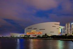 Crépuscule d'arène d'American Airlines dans le Midtown Miami Photos stock