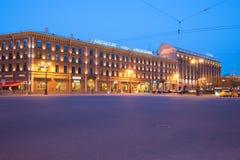 Crépuscule d'hôtels d'Angleterre et d'Astoria en mai sur la place du ` s de St Isaac St Petersburg Photos stock