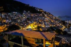 Crépuscule dans le favela de Cantagalo photos libres de droits