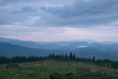 Crépuscule dans les montagnes photographie stock