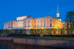Crépuscule de château de Mikhailovsky d'ingénierie en mai St Petersburg, Russie Photos stock