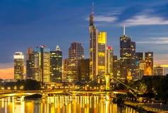 Crépuscule de l'Allemagne de gratte-ciel de Francfort Photos stock