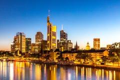 Crépuscule de l'Allemagne de gratte-ciel de Francfort Image stock