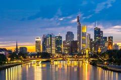 Crépuscule de l'Allemagne de gratte-ciel de Francfort Photographie stock