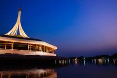 Crépuscule de la Thaïlande de jardin de Rama 9 et réflexion de bâtiment Image stock