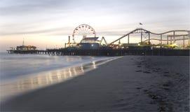 Crépuscule de pilier de Santa Monica   Photographie stock libre de droits