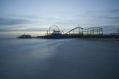 Crépuscule de pilier de Santa Monica   Photo libre de droits