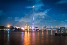 Crépuscule de pont de Rama 8, le point de repère célèbre à Bangkok, Thail Photos libres de droits