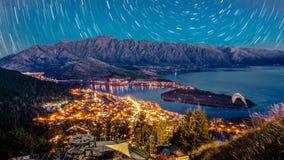 Crépuscule de Queenstown avec des traînées d'étoile images libres de droits