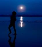 crépuscule de silhouette de plage Photos libres de droits