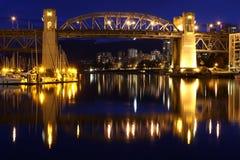 Crépuscule de Vancouver, pont en rue de Burrard Photographie stock libre de droits
