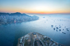 Crépuscule de Victoria Harbour en Hong Kong, Chine Photographie stock