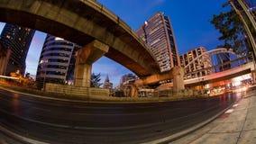 Crépuscule de ville de laps de temps avec le transport banque de vidéos