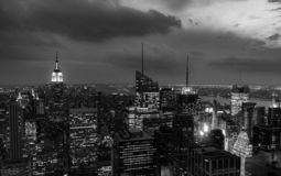 Crépuscule du haut de la roche - l'Empire State Building s'est allumé à la gauche du cadre image libre de droits