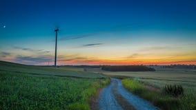 Crépuscule merveilleux avec des turbines de vent en tant qu'énergie de substitution  Photographie stock libre de droits