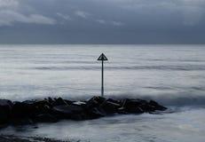 Crépuscule par la mer Photo libre de droits